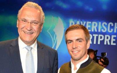 Philipp Lahm (rechts) neben dem Bayerische Innen- und Sportminister Joachim Herrmann bei der Verleihung des Bayerischen Sportpreises am 22.7.2017 in der BMW Welt in München