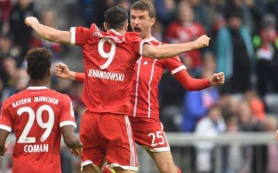 Bayern München - FSV Mainz 05, 4. Spieltag am 16.09.2017 in der Allianz Arena in München. Thomas Müller (r) freut sich mit Torschütze Robert Lewandowski über das 3:0