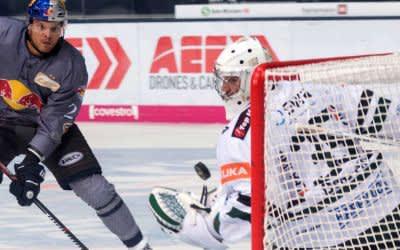 Derek Joslin überwindet den Augsburger Keeper.