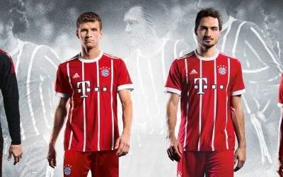 (von links:) Manuel Neuer, Thomas Müller, Mats Hummels, David Alaba im neuen Heimtrikot des FC Bayern München für die Saison 2017/18