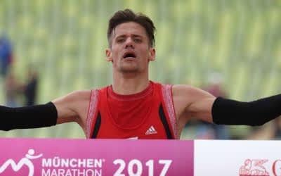 Mario Wernsdörfer überquert beim München Marathon die Ziellinie.