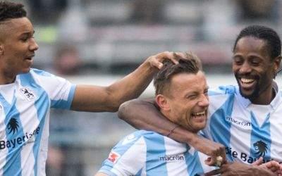 Ivica Olic (M) jubelt mit Felix Uduokhai (l) und Abdoulaye Ba von München über seinen Treffer zum 1:1
