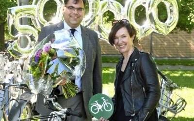 MVG-Chef Ingo Wortmann überreicht Sylke Rohrer ein Geschenk als 500.000 Nutzerin von MVG Rad