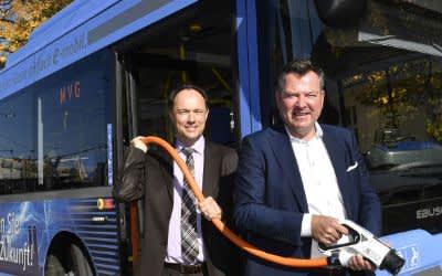MVG-Buschef Ralf Willrett und Bürgermeister Josef Schmid
