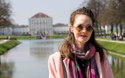 Isabella wartet vor dem Schloss Nymphenburg auf eine Freundin
