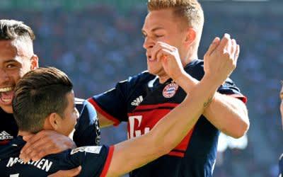 Torschütze Corentin Tolisso (v.l.) von München jubelt mit seinem Teamkollegen James Rodriguez, Joshua Kimmich, Sebastian Rudy, über sein Tor zum 1:1.