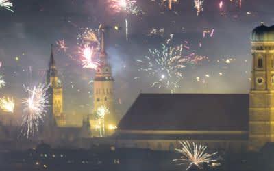 Feuerwerksraketen explodieren in der Silvesternacht am 01.01.2018