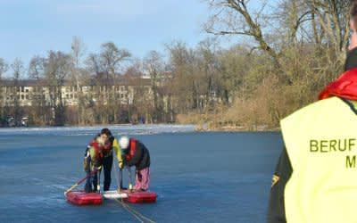Die Feuerwehr rettete die Familie aus dem Kleinhesseloher See.