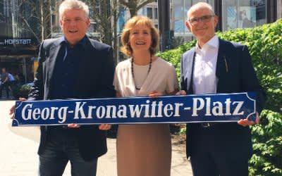 OB Dieter Reiter, Hildegard Kronawitter und Kommunalreferent Axel Markwardt am künfigen Georg-Kronawitter-Platz