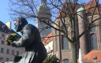 Ansicht der Peterskirche vom Viktualienmarkt aus