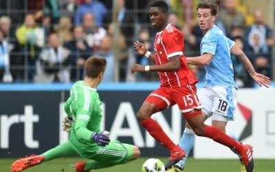 Nico Karger (r) vom TSV 1860 und Torwart Christian Früchtl (l) sowie Maxime Awoudja von Bayern kämpfen um den Ball
