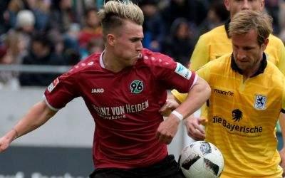 Hannovers Felix Klaus und Münchens Stefan Aigner kämpfen um den Ball.