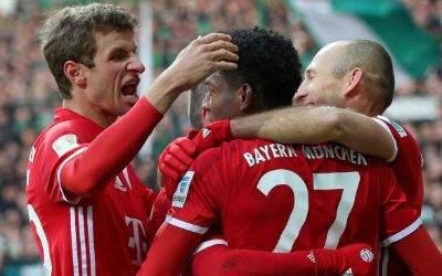 Werder Bremen vs. FC Bayern Muenchen v.li. Thomas Müller jubelt mit David Alaba nach dessen Treffer zum 0:2 und Arjen Robben