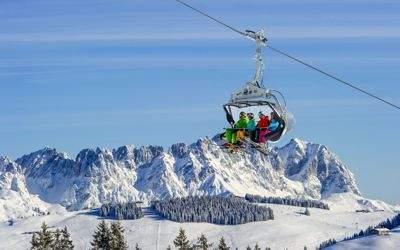 Skilift mit Skifahrern