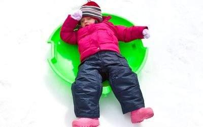 Kind schläft beim Rodeln