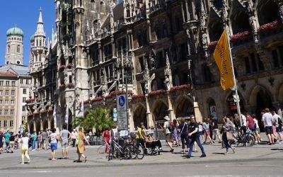 Marienplatz im Sommer mit Neuem Rathaus und Frauenkirche im Hintergrund