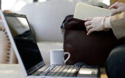 Laptop auf einem Arbeitstisch