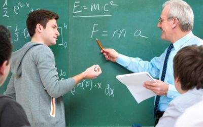 Schüler mit Lehrer an der Tafel