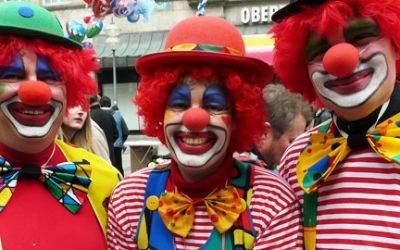 Clowns beim Faschingstreiben