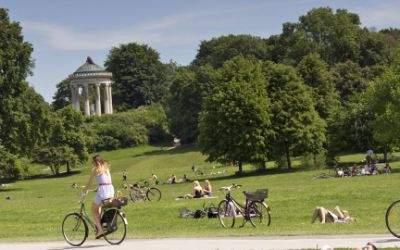 Radfahrer vor dem Monopteros im Sommer
