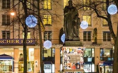Das Hotel Bayerischer Hof mit Beleuchtung