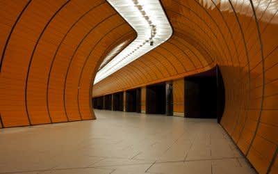 Oranger U-Bahn-Tunnel am Marienplatz