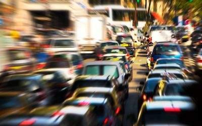 Menge an Autos in Stadtstraßenverkehr