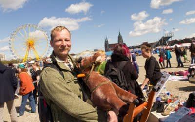 Glücklicher Käufer beim Riesenflohmarkt 2012