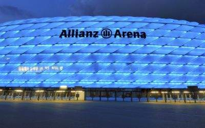 Die Allianz Arena in Blau.