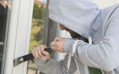 Einbrecher stemmt Balkontür auf