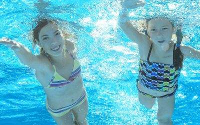 Kinder schwimmen im Becken
