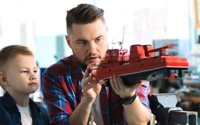Vater und Sohn basteln ein Modellschiff