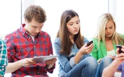 Jugendliche spielen mit ihren Handys