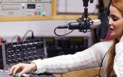 Radiomoderatorin im Studio