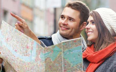 Stadtführung: Frau und Mann mit Stadtplan