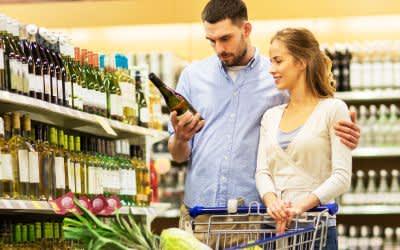 Paar kauft Wein im Supermarkt