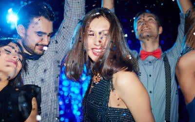 Junge Leute feiern in Club