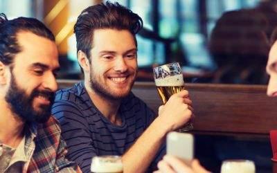 Männer in Bar