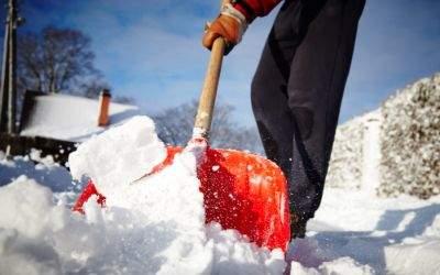 Mann mit Schneeschaufel beim Schneeräumen