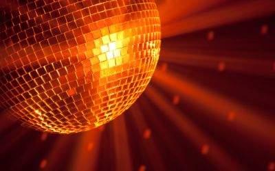 Discokugel vor orangefarbenem Hintergrund