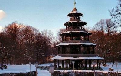 Der verschneite chinesische Turm im englischen Garten