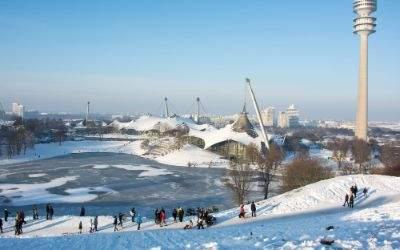 Der Olympiapark an einem verschneiten Wintertag