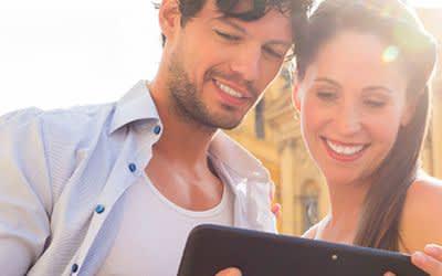 Ein Paar mit Tablet auf dem Odeonsplatz