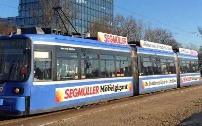 Tram auf der neuen Strecke nach Steinhausen vor dem SZ-Hochhaus