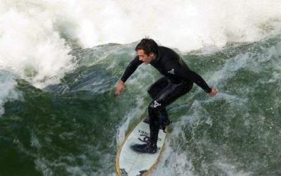 Surfer auf dem Eisbach im Englischen Garten