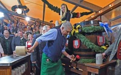 Der Münchner Oberbürgermeister Dieter Reiter (SPD) sticht am 17.09.2016, am Eröffnungstag des Oktoberfestes in München das erste Fass Bier an.
