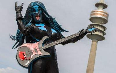 Frau mit Gitarre vor Olympiaturm