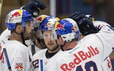 Jubelnde Spieler des EHC Red Bull München