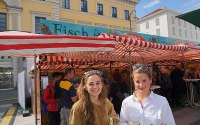 Junge Frauen bei Fischmarkt