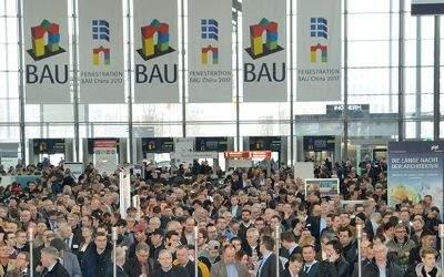 Besucher der BAU 2017 im Eingangsbereich